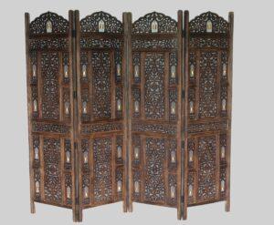 Parawan drewniany z dzwoneczkami, 4 skrzydłowy w kolorze brązu z ażurowymi zdobieniami idealnie wkomponuje się w każde wnętrze. Parawan może służyć jako dekoracja wnętrza lub oddzielać od siebie pomieszczenia o różnych przeznaczeniach. Ponadto parawan świetnie sprawdzi się w ogrodzie, czy balkonie dając nam możliwość zbudowania własnego intymnego kąciku do odpoczynku.