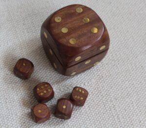 pojemnik drewniany do gry w zestawie z kostkami kod 9081B, size 6x6x6 małe kostki 2x2x2cm