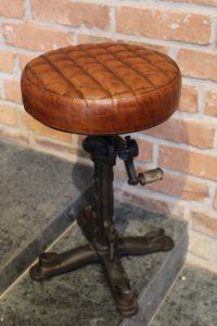 stołek-industrialny-ze-skóry-i-metalu