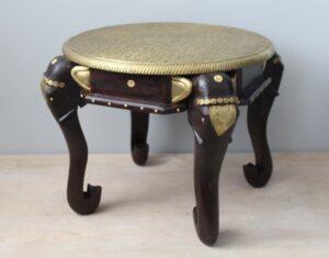 stolik-drewniany-z-elementami-meatlu-słoń