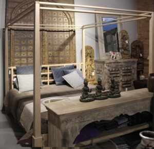łóżko-drewniane-z baldachimem