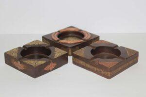 popielniczka-drewniana-z-metalowymi-ozdobami