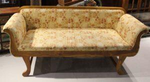 sofa drewniana-obita-tkaniną